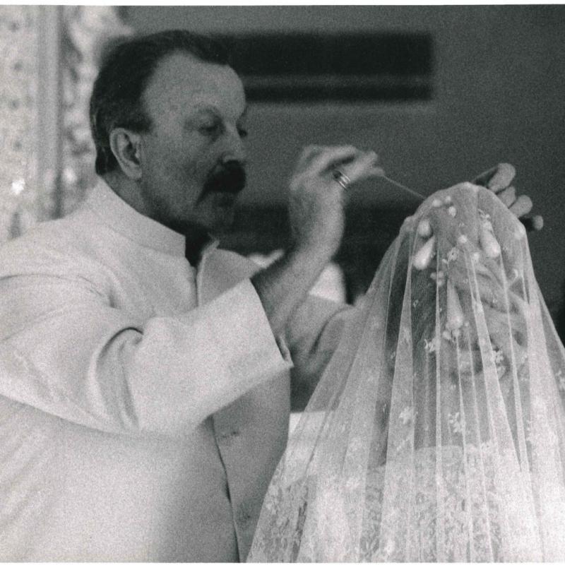Dans les années 70, Monsieur Claude reprend les rênes du salon et devient un coiffeur star. À cette époque, la communication et l'image prenaient peu à peu de l'importance, et Monsieur Claude en a joué. Grâce à lui, le salon a été fortement médiatisé.