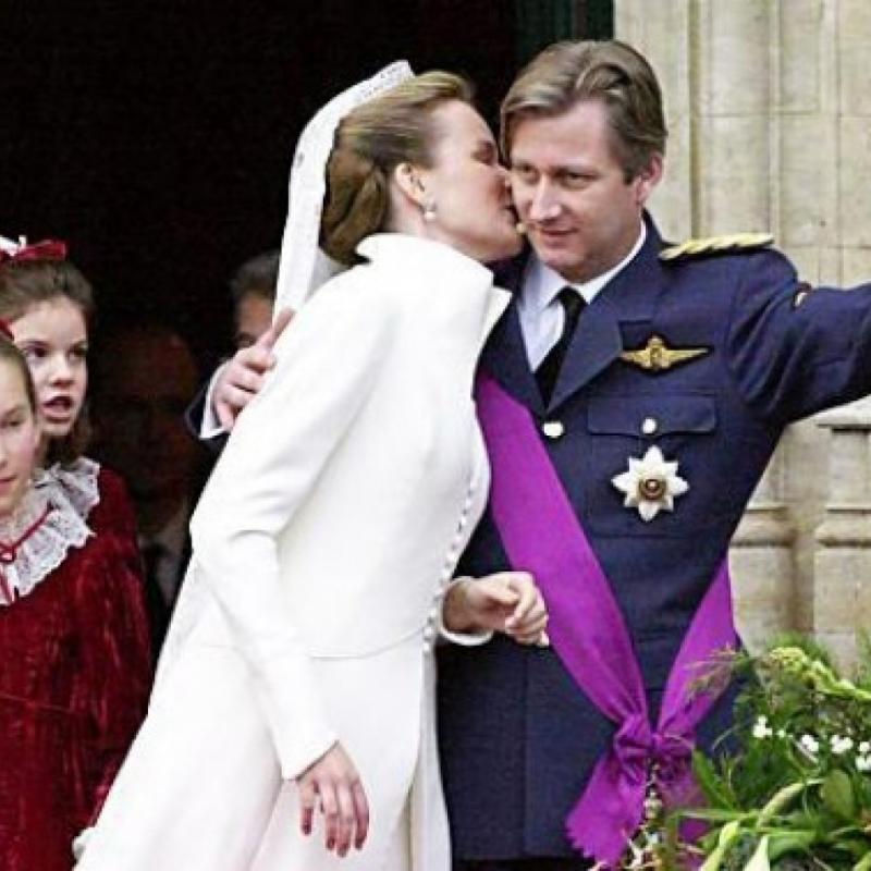Quand Mathilde a connu le prince Philippe, c'est la Maison Roger qui lui a été conseillée. Nous avons eu l'honneur de la coiffer pour ses fiançailles et pour son mariage. Ce ravissant chignon bas, dégagé sur l'avant du visage, apportait volume et rondeur, tout en élégance.