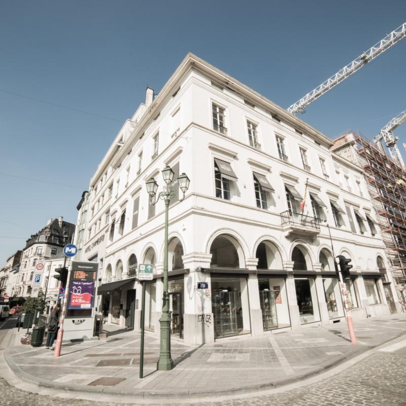 Début des années 2000, la maison déménage et s'installe rue de Namur, à l'angle du Boulevard de Waterloo, au premier étage. L'établissement a toujours souhaité un salon à l'abri des regards, d'où le choix de ce lieu...