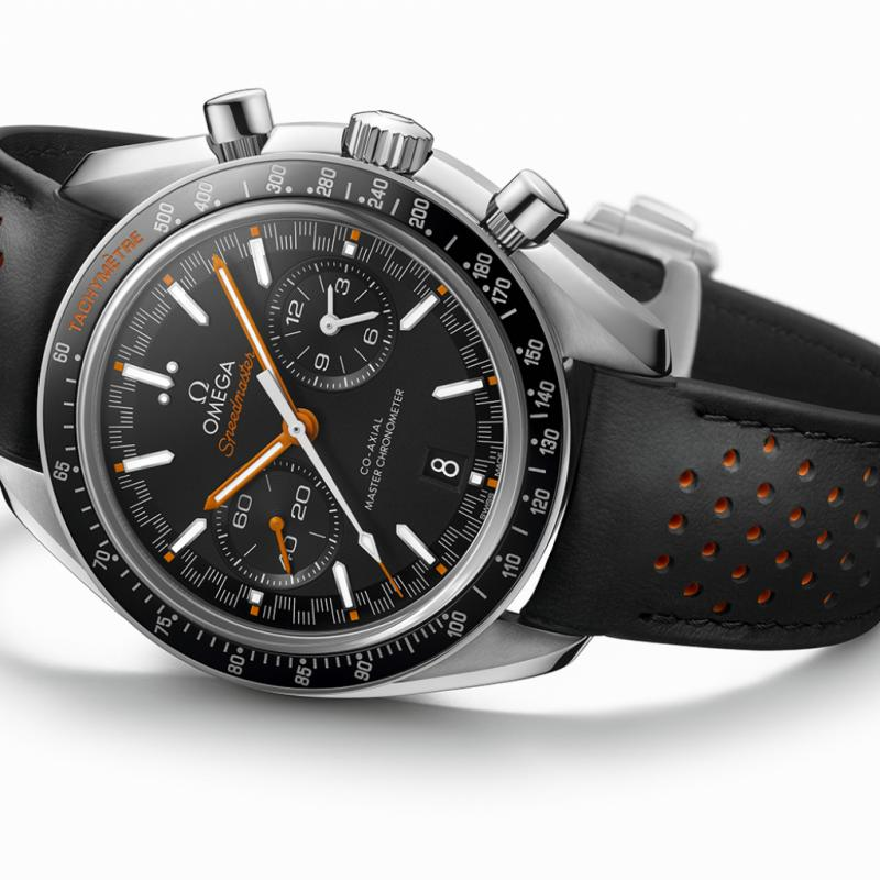 """Entraînée par le calibre 9900, la nouvelle Speedmaster Racing Master Chronometer d'Omega rappelle par son allure l'esprit et l'esthétique de ses ancêtres. Sur cette «Moonwatch» repensée, les compteurs ont été agrandis pour plus de lisibilité et le boîtier de 44,25 mm a été aminci, notamment grâce à une modification du verre saphir. <a href=""""http://www.omegawatches.com"""">www.omegawatches.com</a>"""