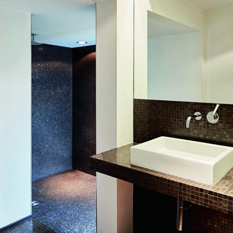 L'ancien propriétaire a refait toutes les salles de bains de la maison danscette petit mosaïque foncée. Chaque salle d'eau a une nuance degris ou de brun différente. Ce n'est donc pas l'aménagement d'origine, mais c'est intemporel et très graphique.