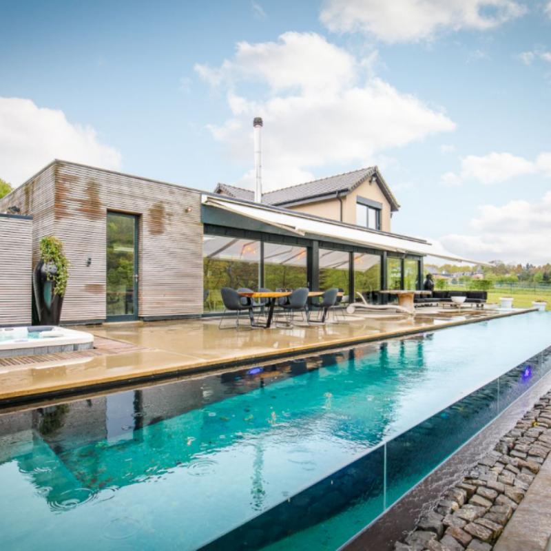 """Cette luxueuse maison a louer pour 6 personnes a cote de Spa. Sa deco contemporaine et sa piscine exterieure vitree donnent le ton : ici, tout est splendide. Retrouvez cette maison ici: <a href=""""http://bit.ly/2mw8G6v"""">http://bit.ly/2mw8G6v</a>"""