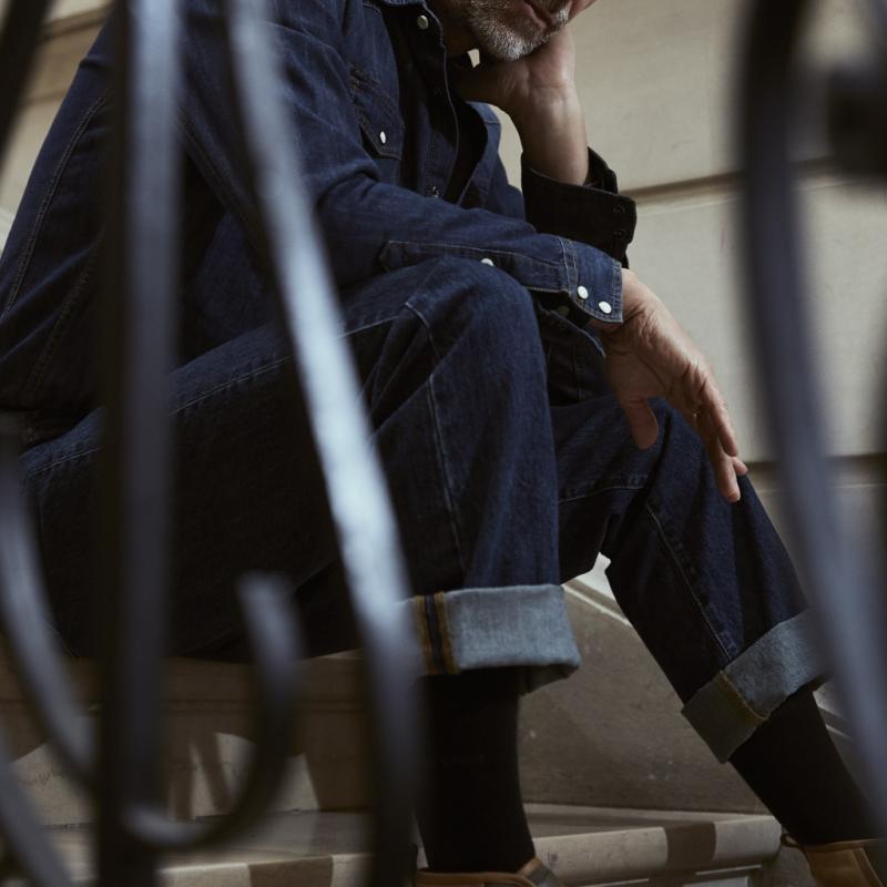 Sur les podiums, c'est un statement, mais dans la vraie vie, on ose le ton sur ton pour un effet combinaison. Jean foncé, JW Anderson pour Uniqlo, 49,90 €. Chemise en jean, Lee Cooper, 69,95 €. Chemise marine en coton, Selected, 69,95 €. Sneakers en cuir bicolore, Louis Vuitton, pris sur demande.