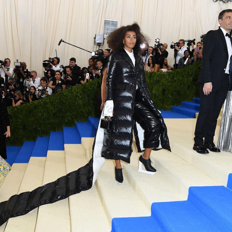 Solange Knowles - Thom Browne Aucun risque de coup de froid pour la petite sœur de Beyoncé avec sa robe signée Thom Browne, un hybride entre robe et doudoune. Comparée à un matelas gonflable ou encore à un canapé par les internautes, l'excentricité de sa robe est loin de faire l'unanimité.
