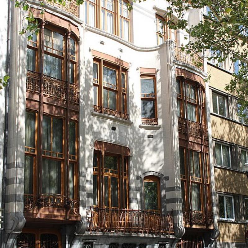 Commandé en 1894 par le chimiste Armand Solvay, ce site est aujourd'hui classé au patrimoine mondial de l'UNESCO. Situé au 224 de l'avenue Louise à Bruxelles, cet hôtel de maître a été conçu de A à Z par Victor Horta.