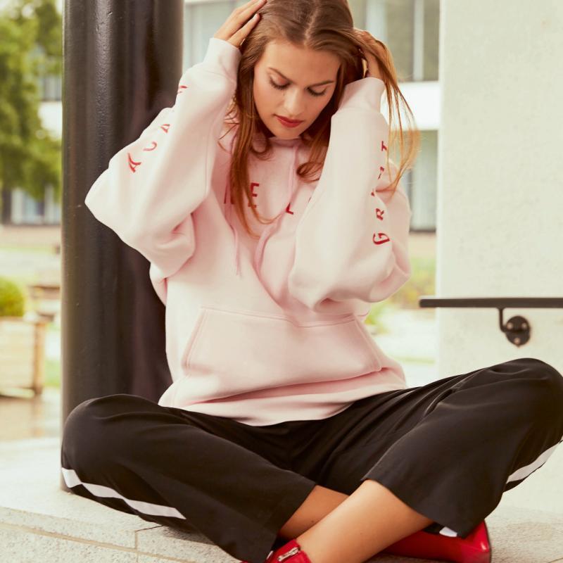 Pour afficher ses opinions ou twister un pantalon classique, le sweat-shirt, c'est le nouveau chemisier. Sweatshirt à capuche, Weekday, 40€. Pantalon fluide, Colmar, 300€. Boots vernies à talon fin, Zara, 29,95€. Foulard &Other Stories X Kim Gordon, 39€.