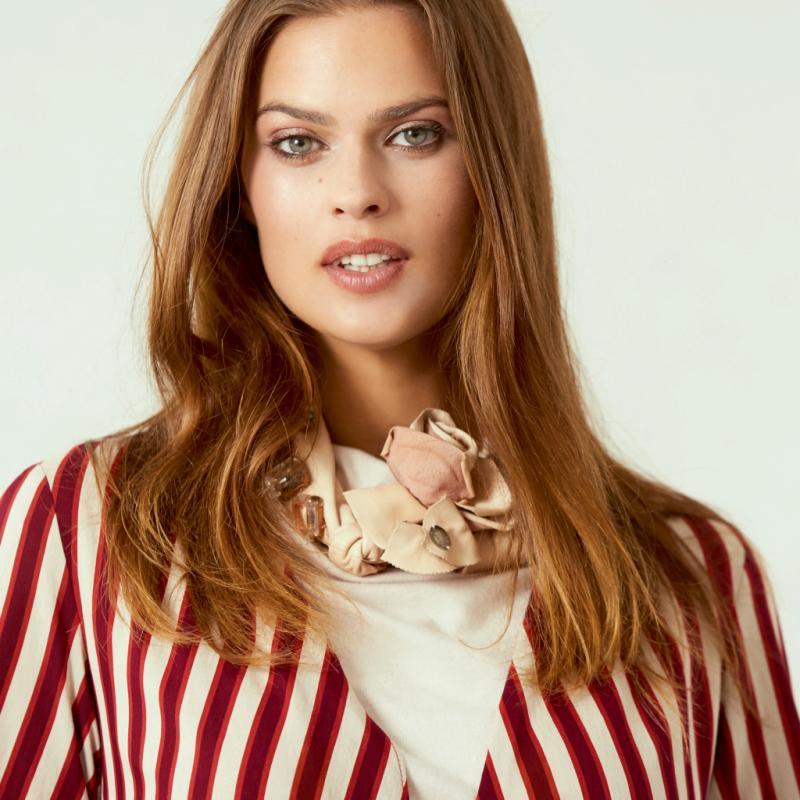 Parce que l'automne sera rayé, absolument! Une rayure large et contrastée, on adore. Veste rayée, Zara 59,95€. Top basique, American Vintage, 60€. Collier perlé, Olivia Hainaut, 300€.