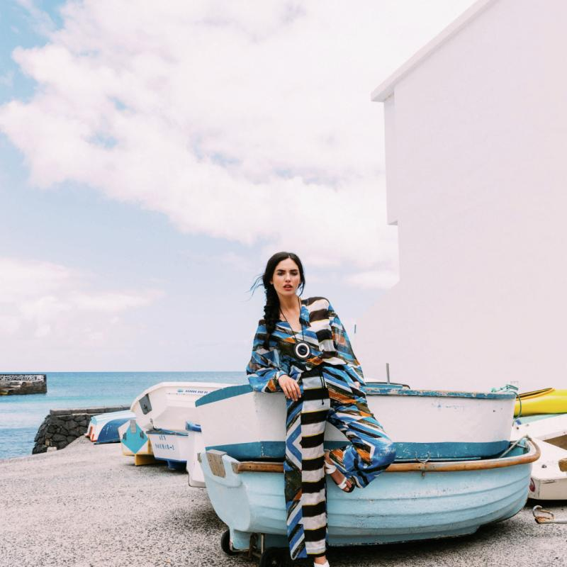 Avant et après la baignade, on soigne son look et on enveloppe sa silhouette de pièces qui évoquent l'ailleurs: long caftan, kimono sophistiqué ou poncho épuré. On les choisit en tissu léger, aérien et dans des coloris clairs, pour trancher avec les tons affirmés des maillots de la saison. Pyjama de plage, Monsieur Maison, haut 475€ et pantalon 535€. Sandales Christian Dior, 820 €.