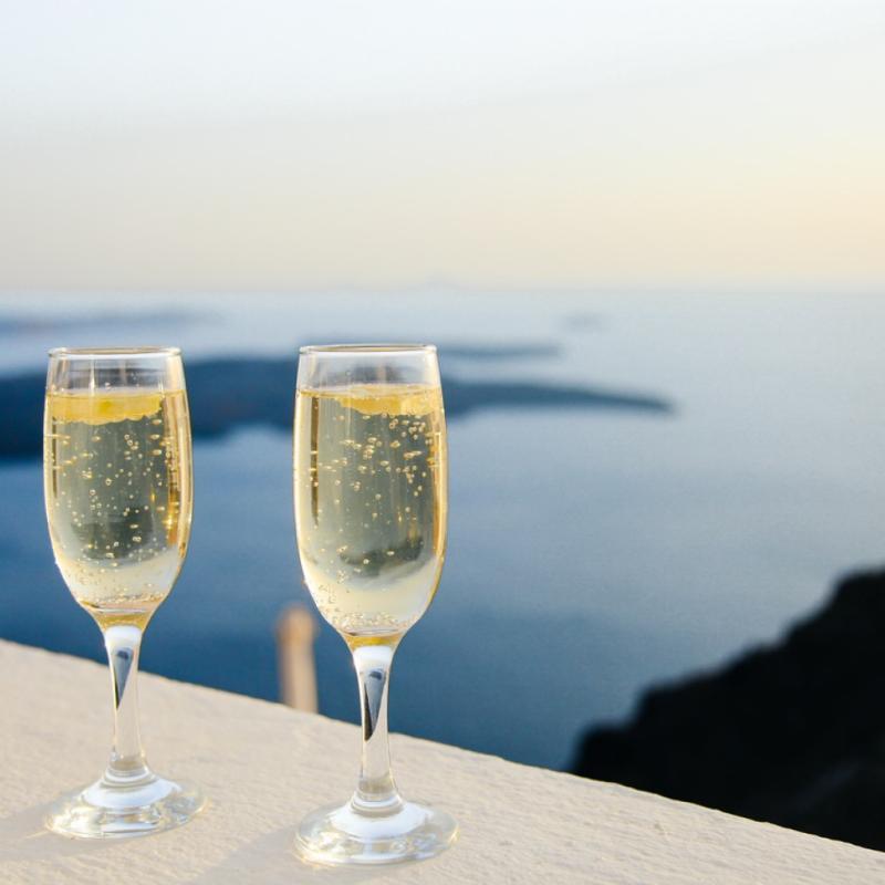 Contrairement à ses bulles légères en bouche, le champagne peut vite peser sur la balance si vous en buvez régulièrement. Mais pour se déculpabiliser et ne pas s'en priver, on optera plutôt pour des champagnes extra brut ou brut, plutôt que le doux et le demi-sec.