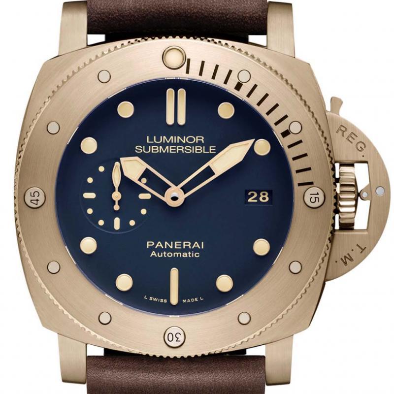 """Le boîtier en bronze de la nouvelle Luminor Submersible 1950 3 Days Automatic Bronzo de Panerai donne la réplique à un cadran bleu. Étanche à 30 bars (300 mètres), elle est présentée sur un bracelet en cuir brun avec surpiqûre d'inspiration maritime. <a href=""""http://www.panerai.com"""">www.panerai.com</a>"""
