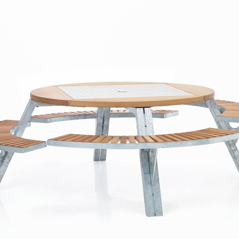 On rentabilise les espaces en utilisant du mobilier pluriel, adaptable ou multifonctions. Mieux encore, on copie chez soi le mobilier urbain, telle la table de pique-nique, pensée pour occuper au mieux, au plus convivial, l'espace extérieur. Sans oublier que l'idée est de rassembler un maximum de gens en un minimum de place. Table modulable Gargantua, DirkWynants pour Extremis, à partir de 4200€.