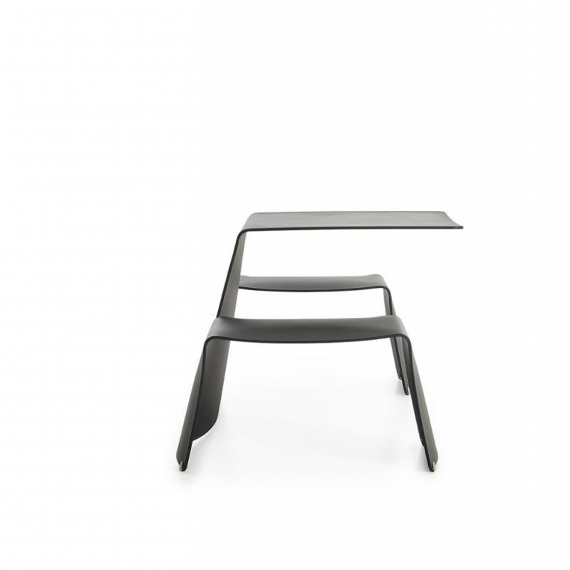 Table Piknik pour deux, disponible endifférentes variations, de mat à laqué, 3800€.