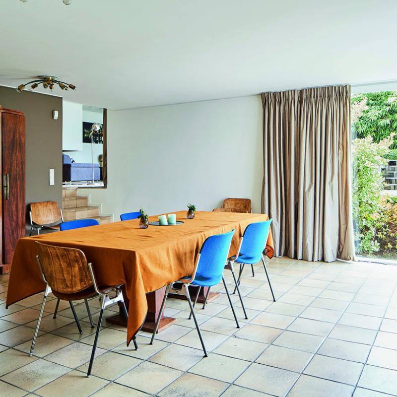 Le cube de lumière dans la salle à manger est un des plus jolis détails de l'architecture de la maison. Je l'ai mis en valeur avec une table chinée, et une lampe Patterns. C'est un puits de lumière, conçu pour faire un lien avec l'extérieur, c'est une respiration dans cette maison…