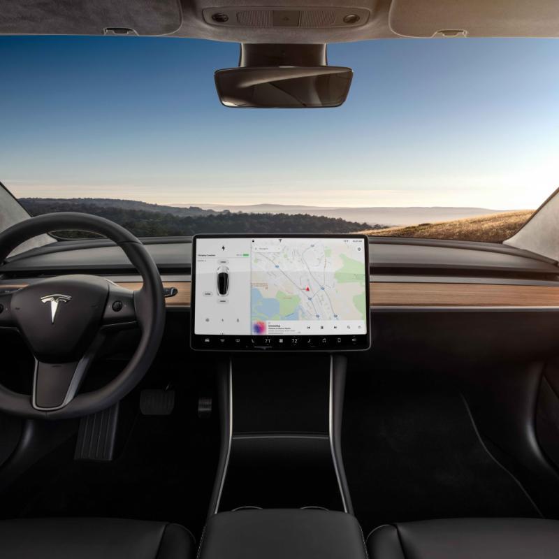 La Tesla Model 3 se passe de tableau de bord. A l'exception de quelques commandes clés, l'accès aux autres fonctions se fait au départ de l'écran tactile de 15,4 pouces.