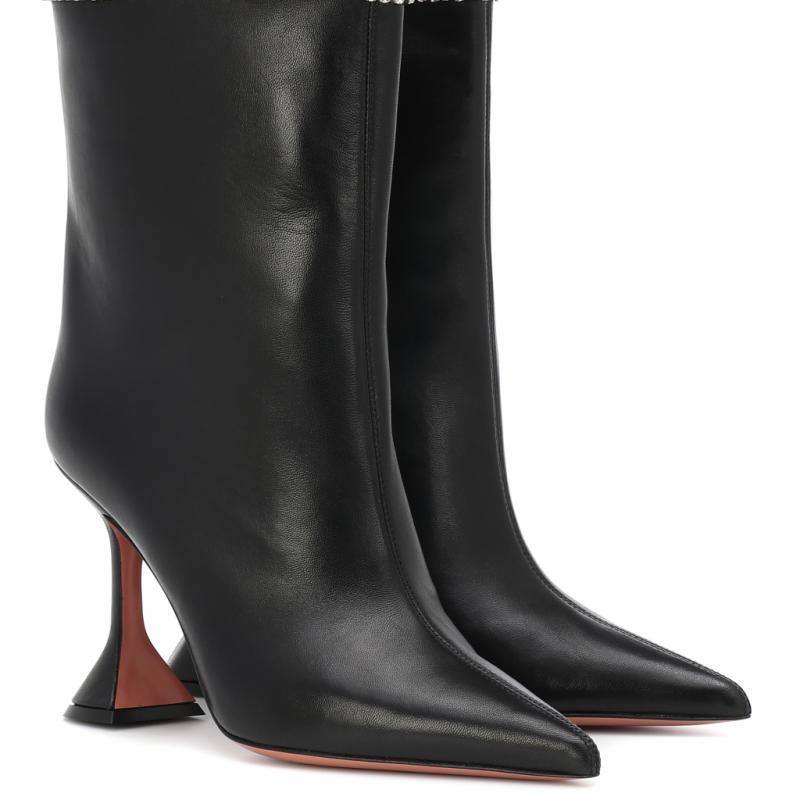 """""""Les chaussures d'Amina Muaddi sont de plus en plus populaires. Leur talon sculptural et arty est incontournable."""""""