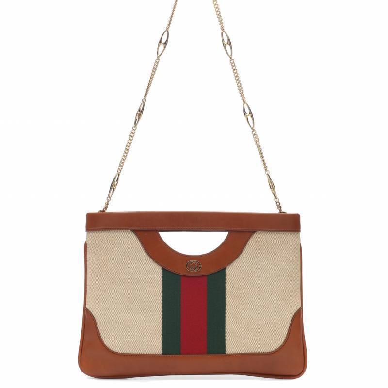 """Gucci a beaucoup plus a offrir que des pieces over the top. Ce sac entre parfaitement dans la tendance neobourgeoise de cet hiver."""""""