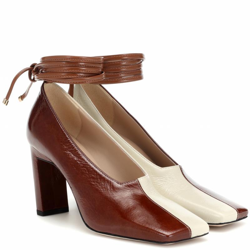 """""""J'adore les modeles de chaussures que dessine Wandler, surtout pour leur esthetique minimaliste. Le cuir brillant et le talon de cette paire sont extremement flatteurs et parviennent a transformer n'importe quel look de bureau en quelque chose de vraiment cool."""""""