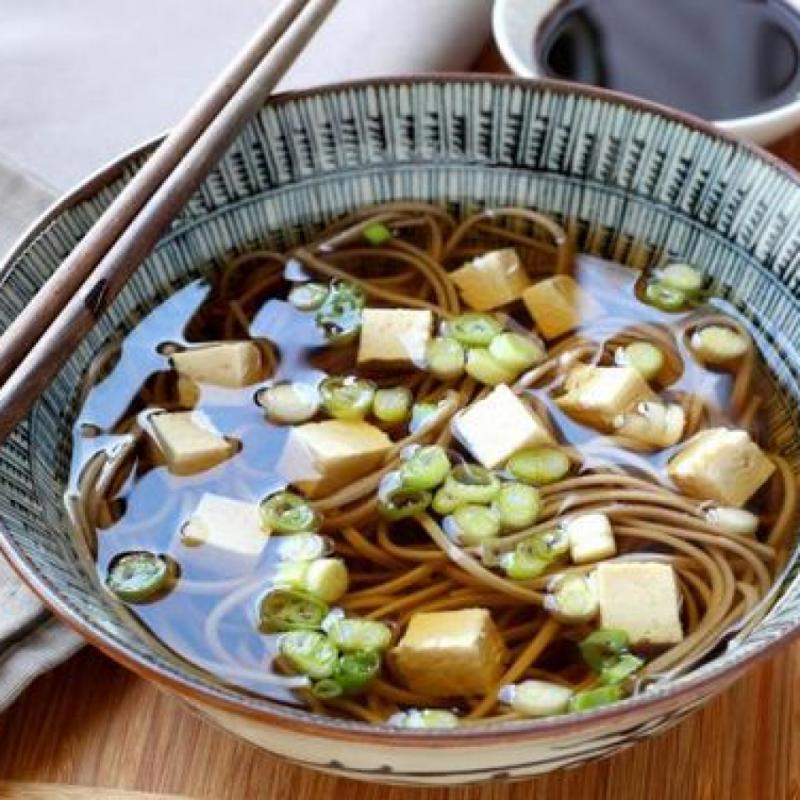 Petit déjeuner: Deux tranches de pain grillé complet avec une tranche de banane et de miel; une tasse de thé ou de café au lait. Dîner : une soupe épicée de nouilles miso avec tofu, radis, légumes-feuilles et œuf poché, petit pot de yaourt nature. Souper : légumes cuits à la vapeur (chou frisé, brocoli et carotte) avec un yogourt et une vinaigrette aux herbes fraîches et de l'huile d'olive, des légumes racines et de la purée de haricots. Snack: haricots cannellini avec des bâtonnets de poivron rouge.