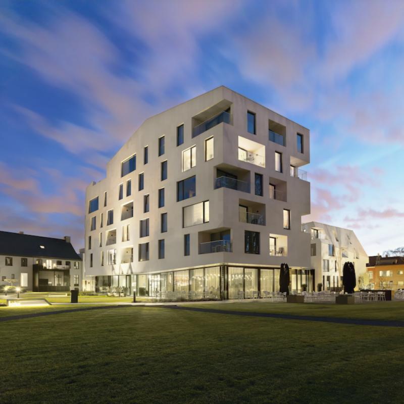 Le bureau anversois Veelaert Architecten a été primé par l'un des deux prix spéciaux pour son projet Annonciaden à Wijnegem, un complexe rassemblant des résidences-service, une crèche, des commerces et des bureaux.
