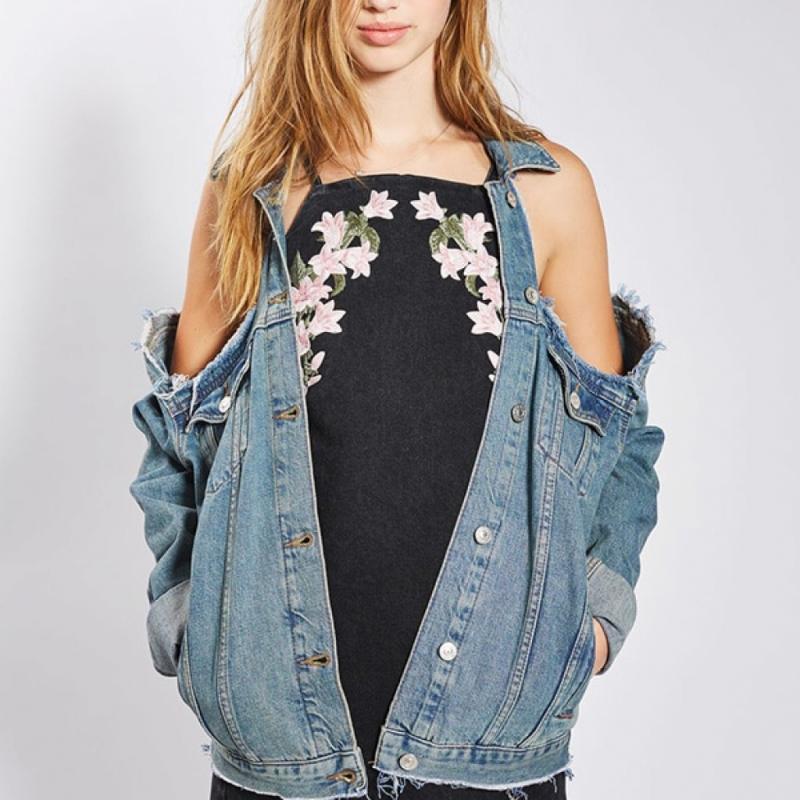 Cette veste en jean avec épaules déchirées à 76 euros chez Topshop. On ne comprend pas.