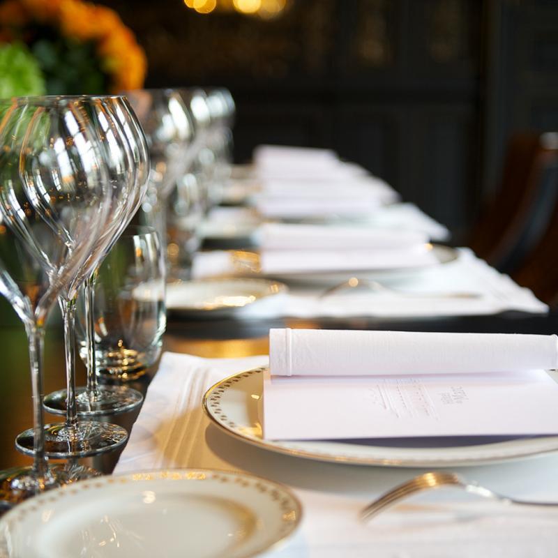 La grande salle à manger, où est servi le repas du soir, pensé en accord avec les champagnes.