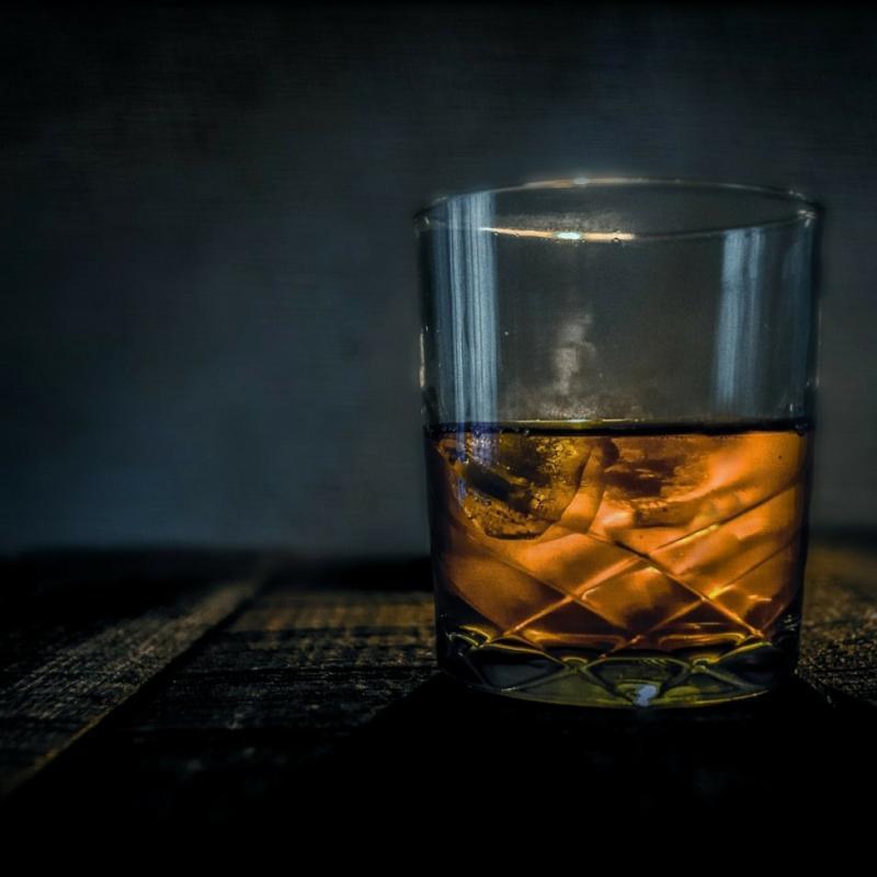 """Si le whisky est très calorique, ses calories sont considérées comme """"creuses"""", autrement dit, elles ne sont pas stockées par le corps humain. Consommé tout seul, il aurait en fait tendance à nous faire maigrir car il a la capacité de booster notre métabolisme. Mais comme souvent à l'heure de l'apéro on a tendance à grignoter, il aura alors l'effet inverse, à savoir favoriser la prise de poids."""