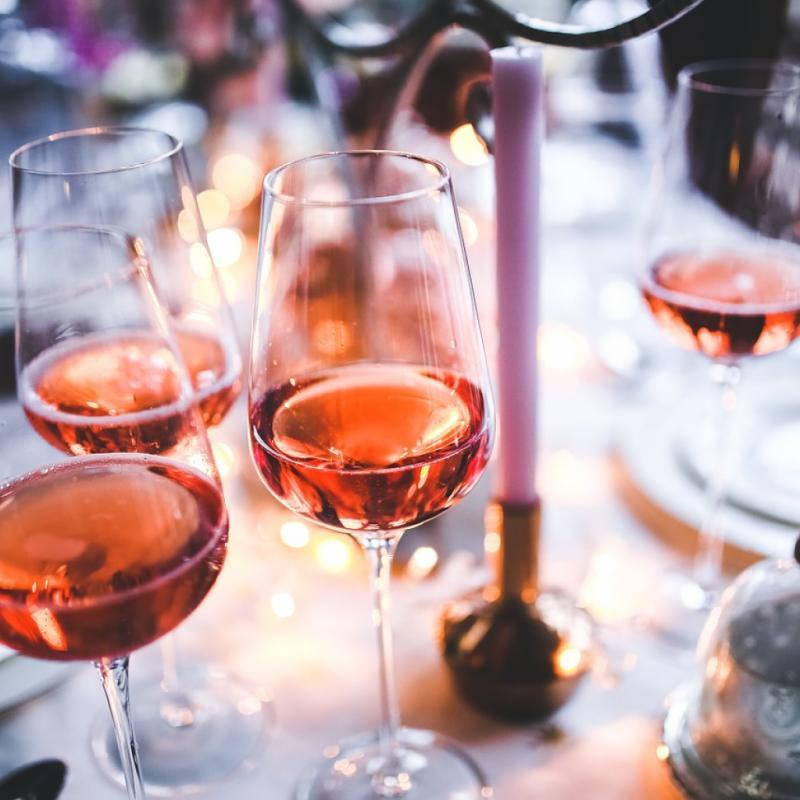 Plus doux que ses cousins rouge et blanc, le vin rosé est celui qu'on adore siroter en été et ça tombe bien, car il renferme un peu moins de calories que le vin rouge et blanc.